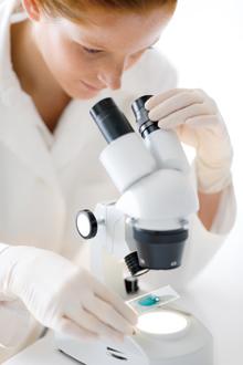 顕微鏡を覗く女性